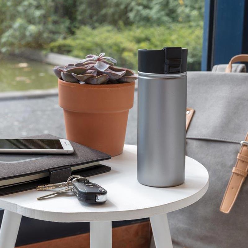 Découpe mug isotherme avec paroi intérieure en céramique