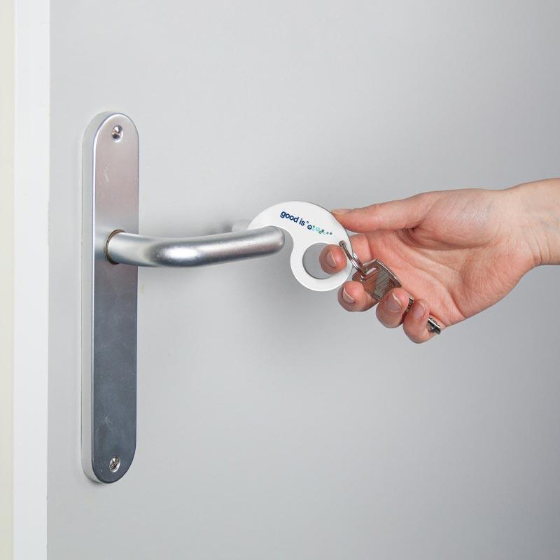 Ouverture d'une porte avec porte-clés anti-contact