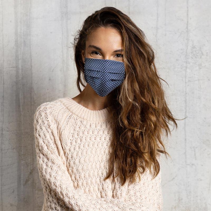Fille avec masque de protection en tissu