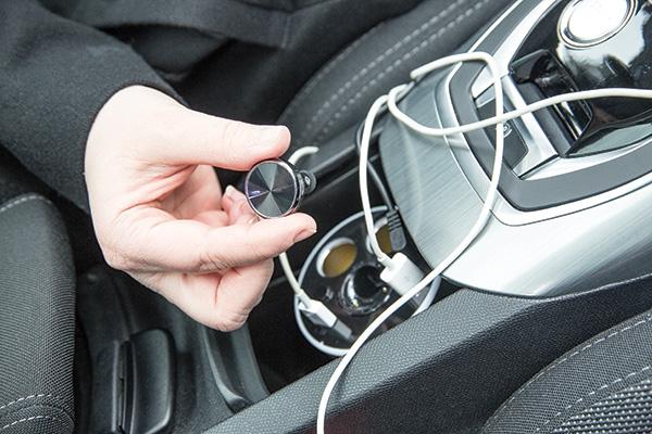 Cadeau publicitaire automobile - Chargeur de voiture pour porte-gobelet avec oreillette CallMe