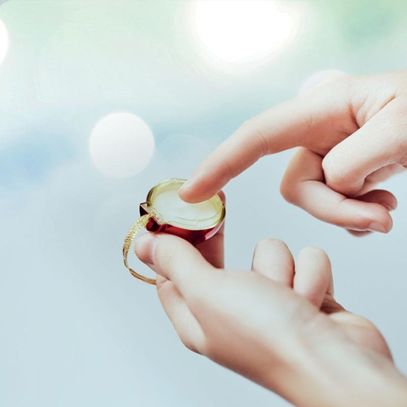 Utilisation du baume à lèvres ouvert