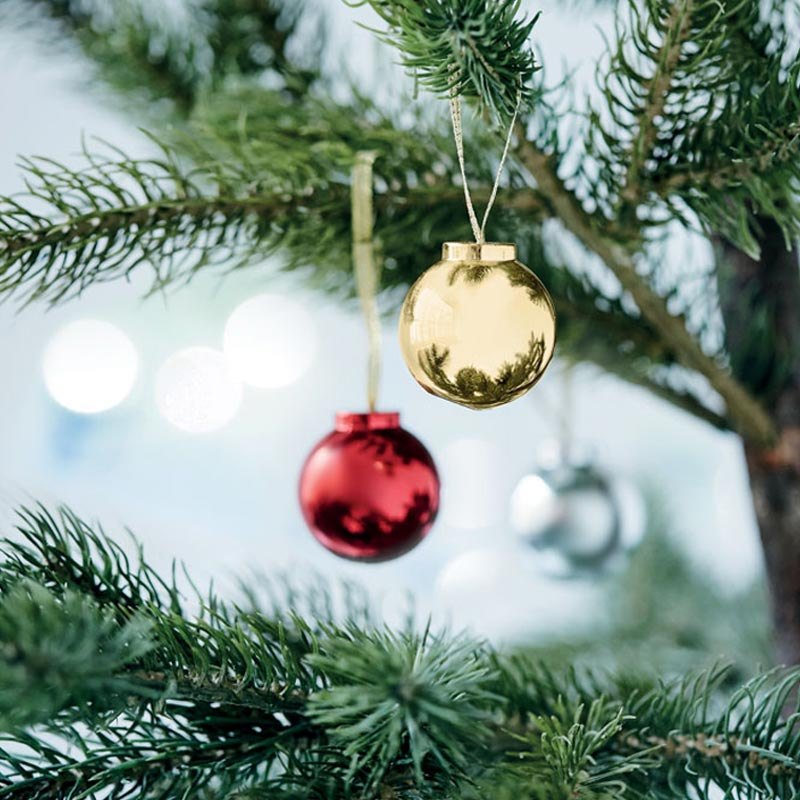 Baume à lèvres accrochée comme une boule de Noël dans un sapin