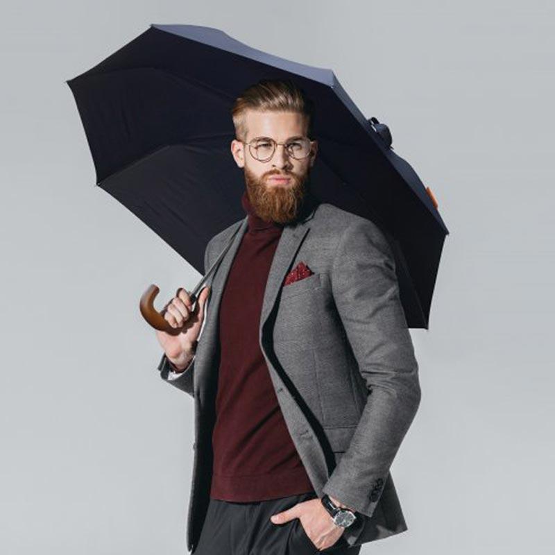 Homme portant le parapluie publicitaire Candray
