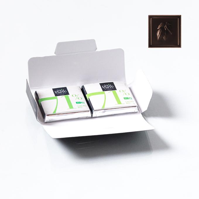 Carte ouverte avec 2 carrés de chocolat