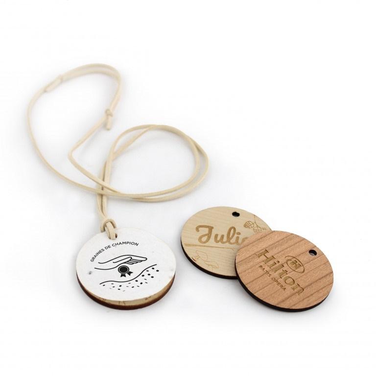 Médaille en bois gravée publicitaire avec papier à graines 1