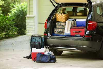Voiture remplie de bagages départ en vacances