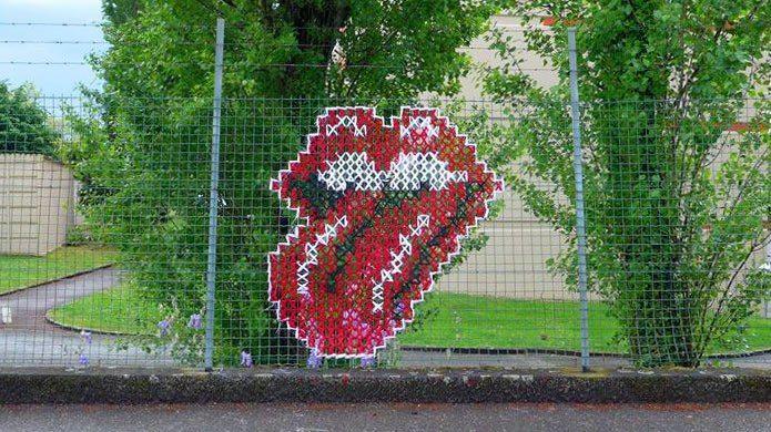 La langue des Rollings Stone brodée sur un grillage