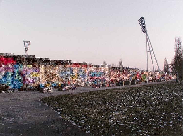 Photo de Mauer Park à Berlin dont une partie est brodé formant un mur flou