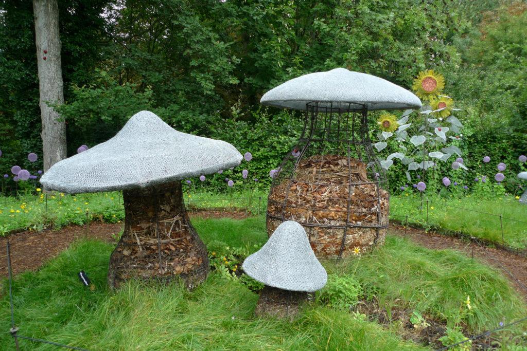 Sculpture en grillage en forme de champignon, le pied sert de composteur