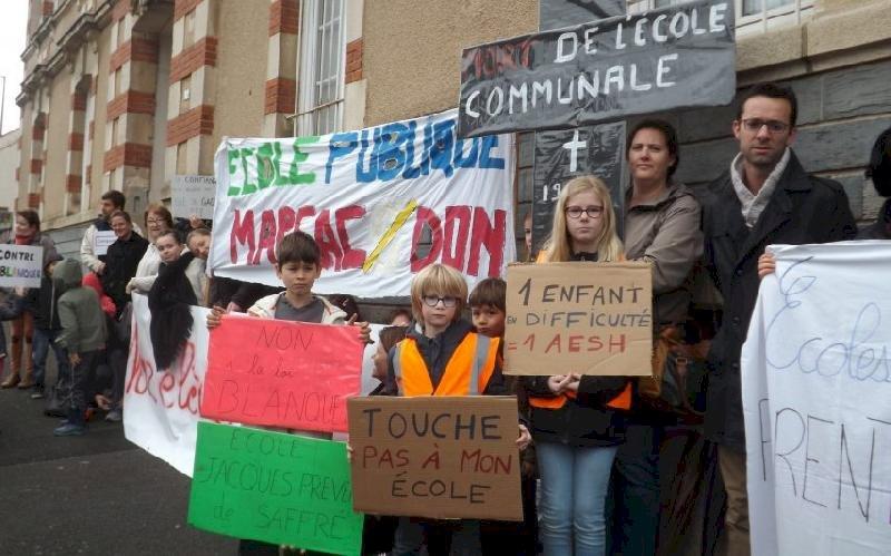 Loi Blanquer: les parents d'élèves manifestent sous les fenêtres de l'Éducation nationale à Blain