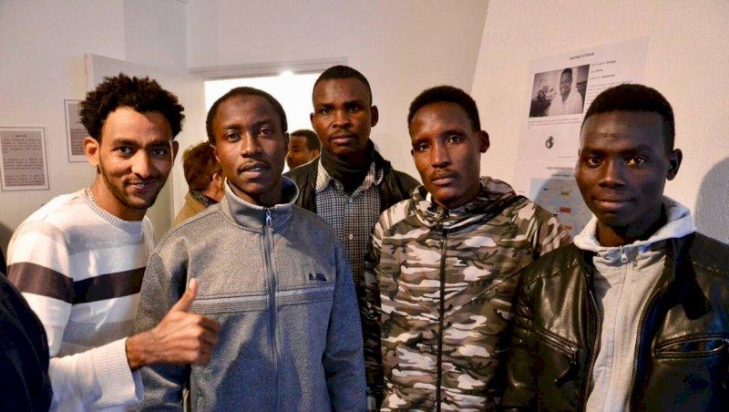 Vingt migrants choyés par les associations