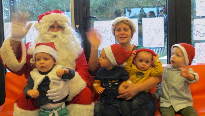 Le Père Noël a visité les lutins et leurs nounous