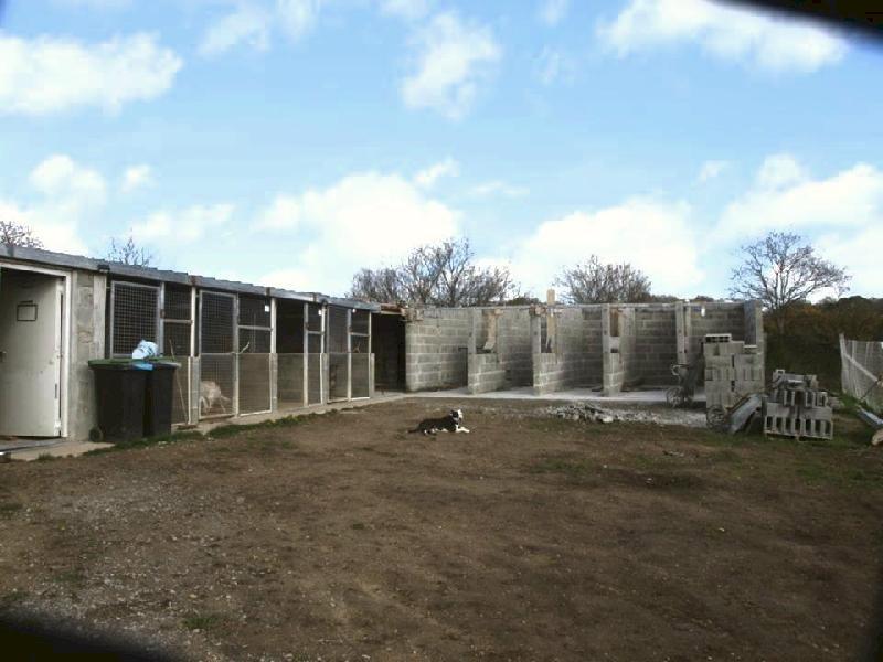Anim'toit avance dans la construction des nouveaux chenils du refuge.