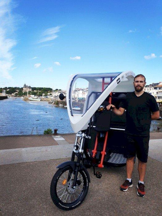Florent Loreau conduit son vélo-taxi dans tout Pornic