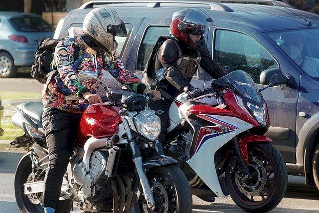 Rouler en deux-roues motorisés entre les voitures, pratique interdite à partir du 1er février