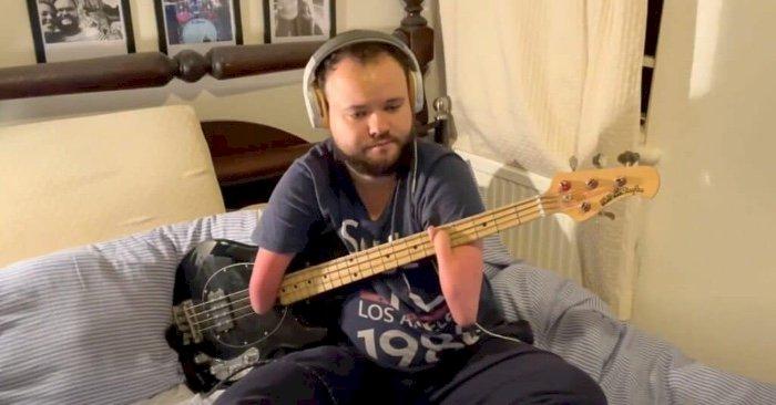 LA PARENTHÈSE POSITIVE : VIDÉO. Né sans mains, ce musicien joue à la perfection de la batterie et de la basse !