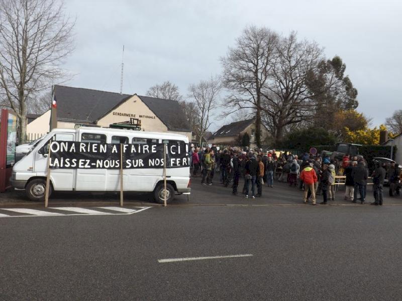 NDDL. Les zadistes en nombre devant la gendarmerie de Blain