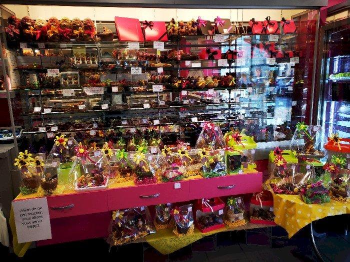 Arrivée des chocolats à la pâtisserie Chocolaterie Sécher Blain
