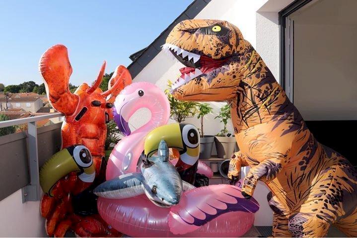 A Pornic, il se déguise en dinosaure pour animer son quartier
