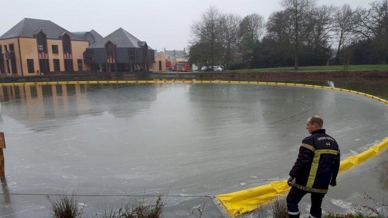 Une mystérieuse pollution de l'étang communal nécessite l'intervention des pompiers