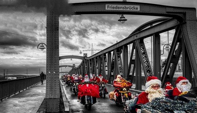 Les Pères Noël motards collectent des jouets pour le Secours populaire