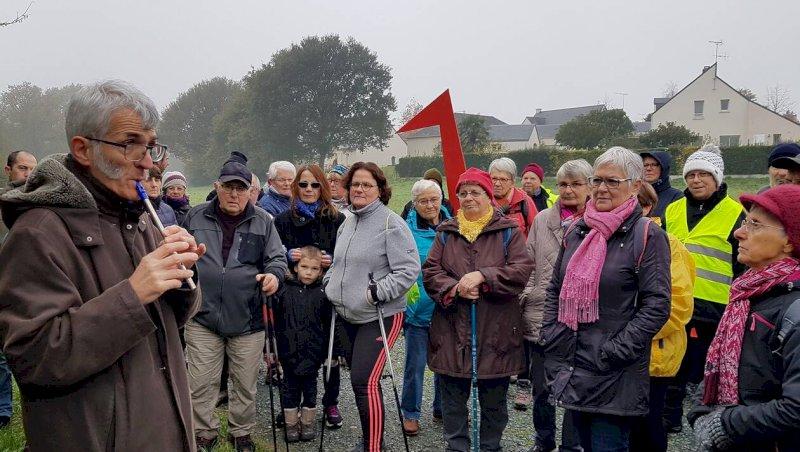 Quatre-vingts participants à la marche, contée en gallo