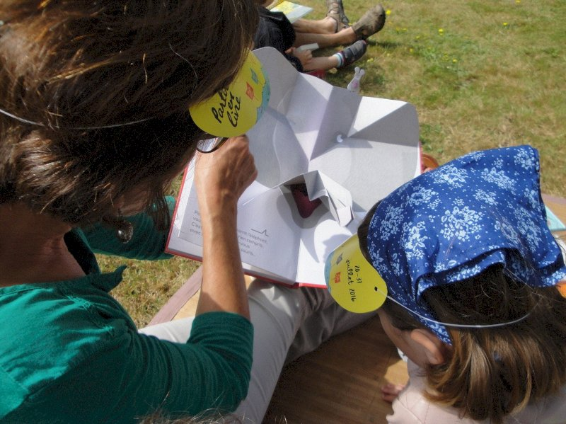 Partir en livre, la grande fête du livre pour la jeunesse : lecture au parc de la Coulée verte