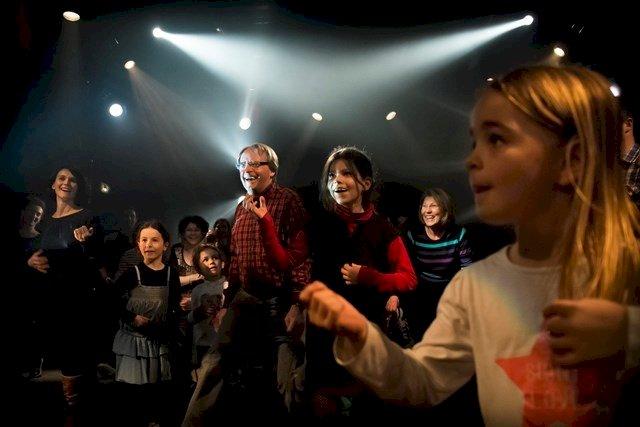Famille Cartophille, bal des générations « au dancing des gens heureux »