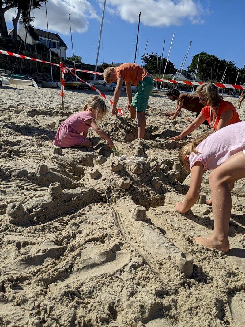 Concours de châteaux de sable en famille