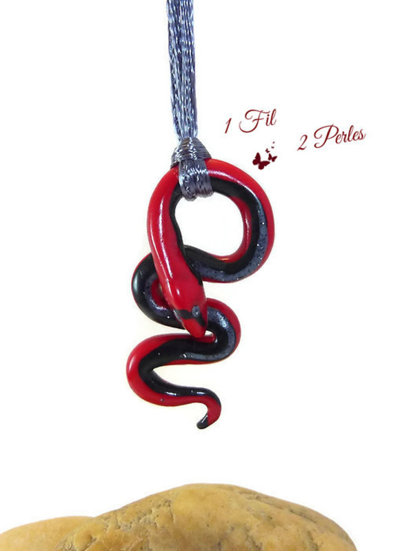 Pendentif Serpent Rouge et Noir en Argile Polymère Snake Lucky