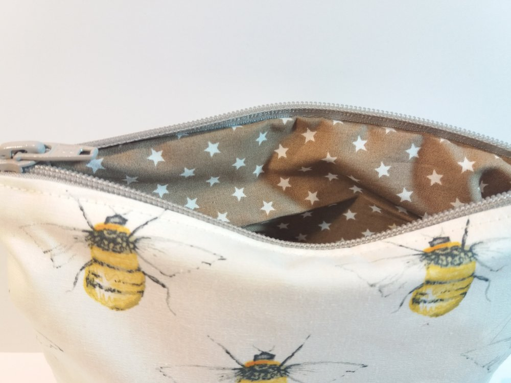 Trousse zippée tissu couleur blanc motifs abeilles doublée - Fait main