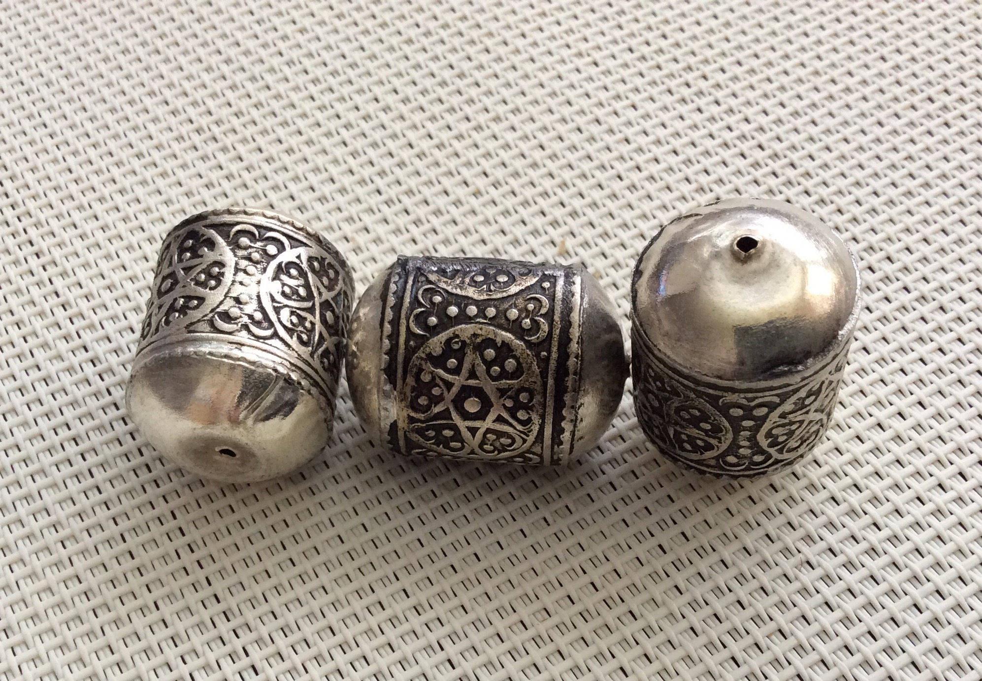 5 perles tubes en métal, ciselées de motifs géométriques origine berbère