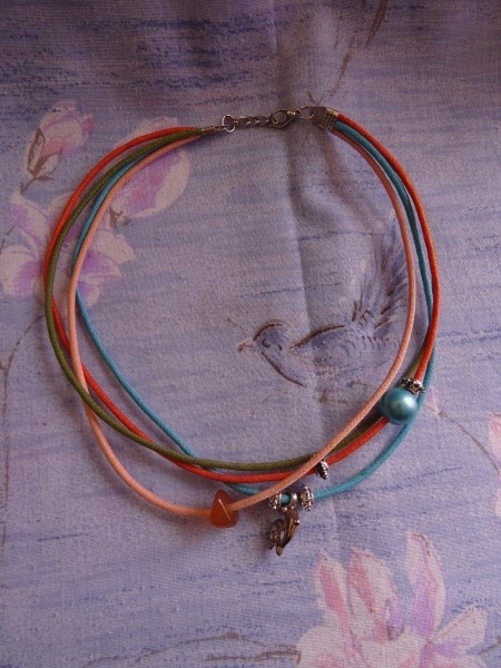 Collier breloques colorées