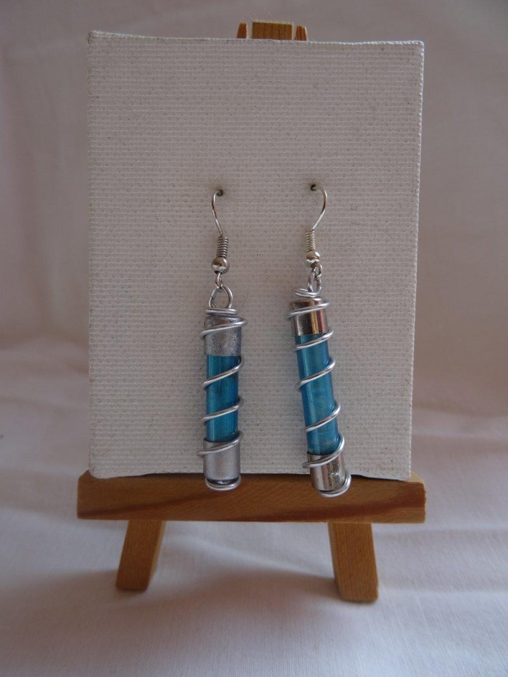 Boucles d'oreilles fusible bleu et fil aluminium argenté