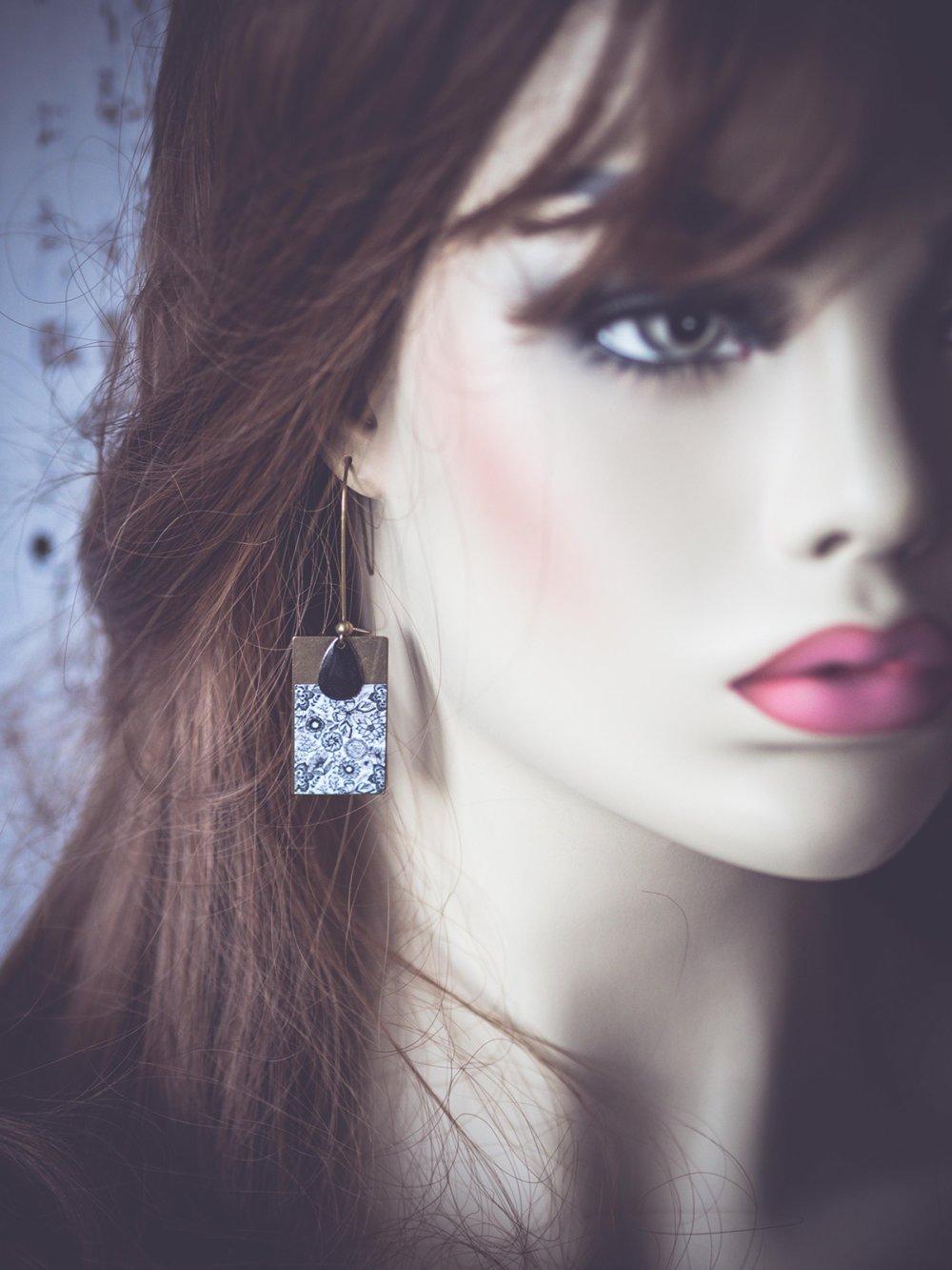 Boucles d'oreilles, pendantes, fleuri, noir et blanc, bronze, faits mains, bijoux pour femme