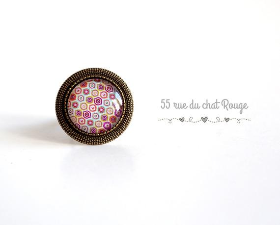 Bague cabochon 20 mm motifs géométriques fushia rose jaune finition bronze