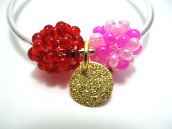 Boucles d'oreille créoles avec boules en perles et sequin doré