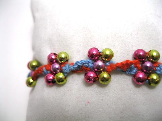 Bracelet d'amitié rouge et bleu avec fleurs en perles