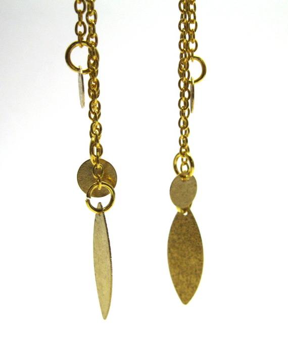 Boucles d'oreille dormeuses avec trois chaines dorées et pendentifs pailletés