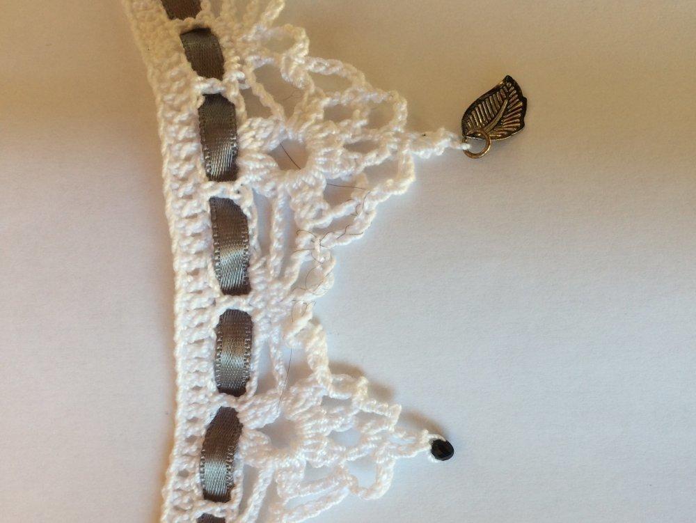 collier ras de cou blanc ruban satin gris perles noires et perles plumes mariage