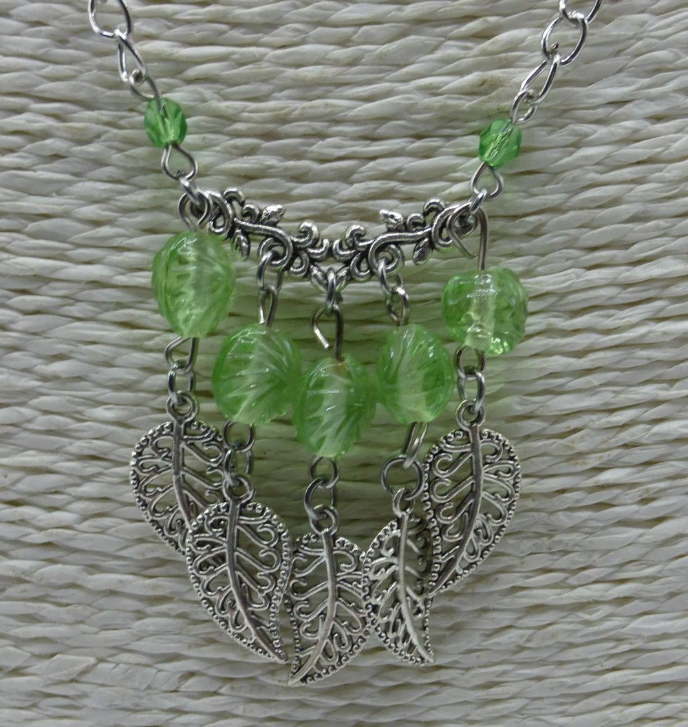 Collier à feuilles vert pomme en perles de verre et métal argenté