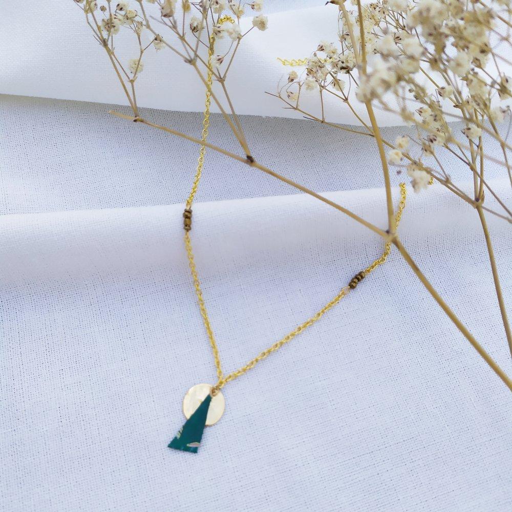 Collier doré avec médaillon martelé et pendentif en origami à motif vert– tendance femme