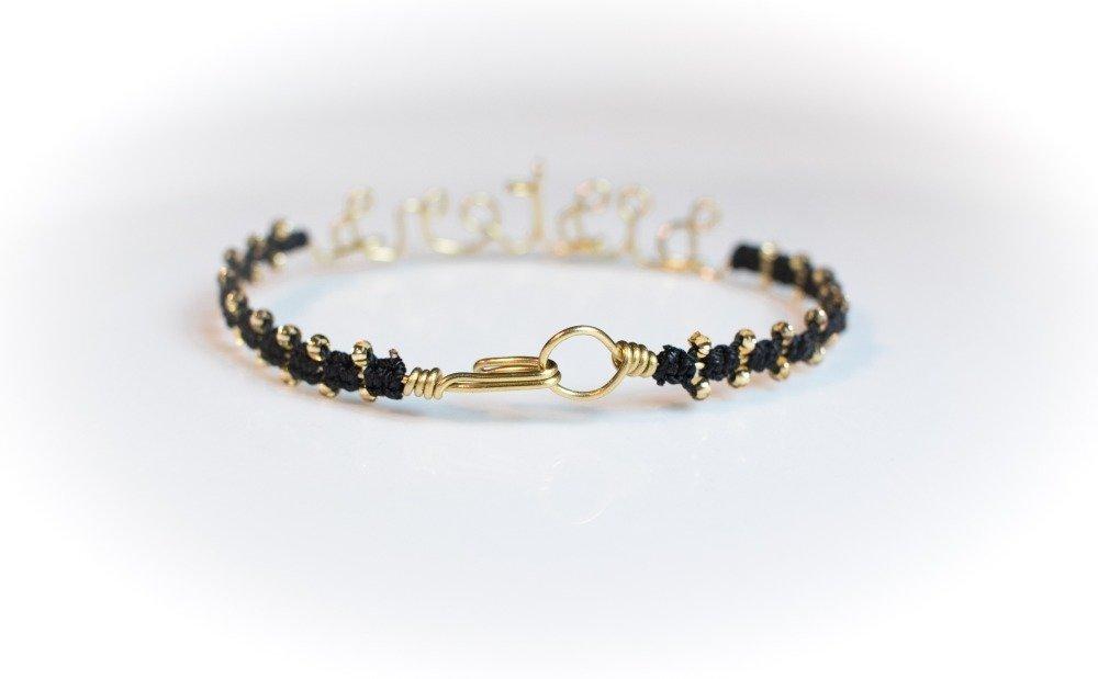 """Bracelet """"Sisters"""" fin jonc message texte personnalisable doré en laiton, orné de perles et fils tressés unique"""