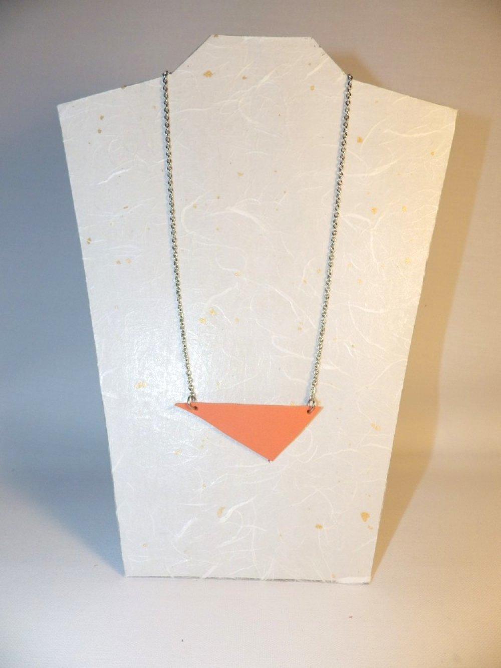 Collier triangle en cuir et inox, orange abricot