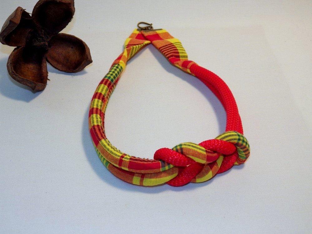 Collier noeud décentré madras et corde, jaune rouge