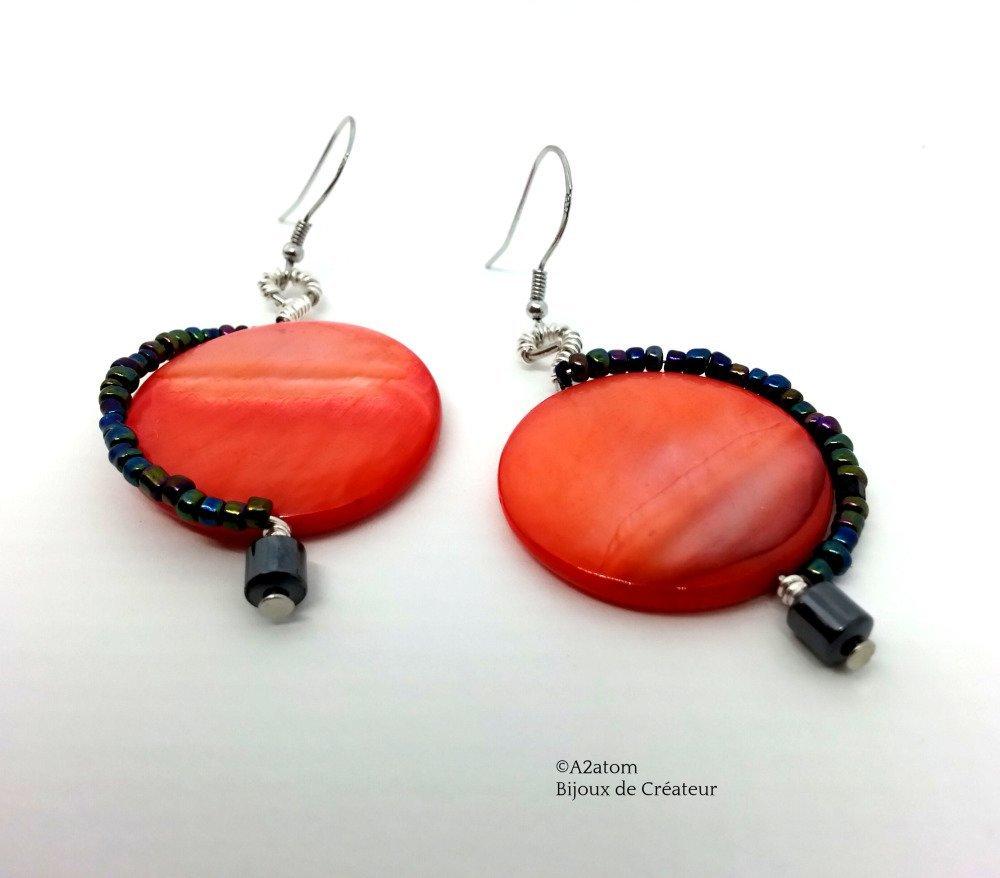 Boucles d'oreilles palet coquillage ton corail orné de fil d'argent et perle Hématite véritable