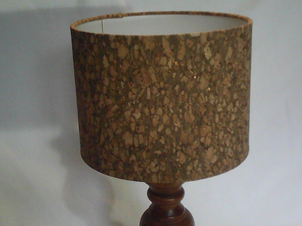Abat-jour cylindrique recouvert de liège à paillette dorées. Diamètre 20 cm sur une hauteur de 15 cm.