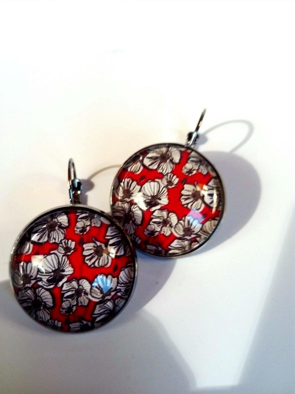 Boucle d'oreille dormeuses couleur argent cabochon bohème fleurs coquelicot rouge blanc noir cadeau