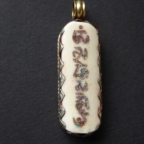 Breloque en argent tibétain mantras amulette om coquillage incrusté totem