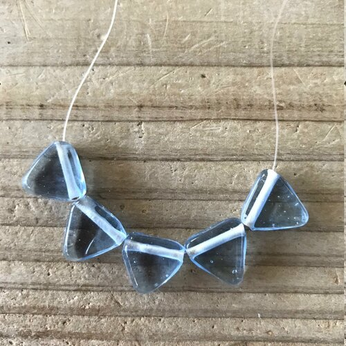 Perles en verre indiennes bleu ciel brillant,triangle,13x13mm trou 1mm,lot de 10